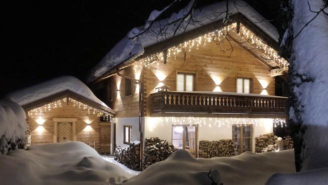 Chalet in den Bergen in der Nacht - vom Winter 2018 auf 2019